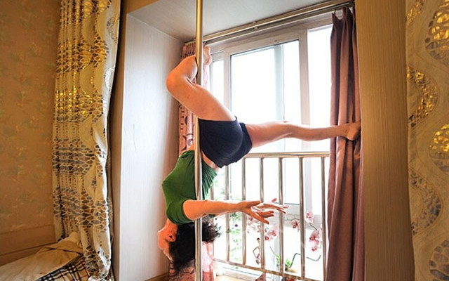 70-year-old pole dancer pulls off intense moves in Chengdu