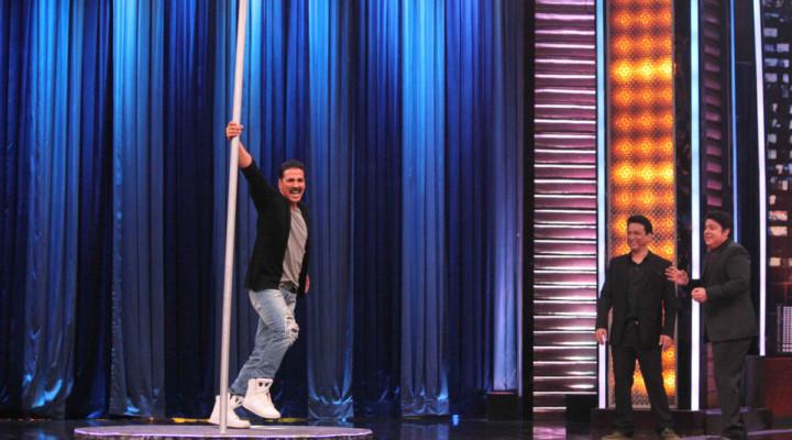Akshay Kumar Pole Dances to 'Maang Meri Bharo'