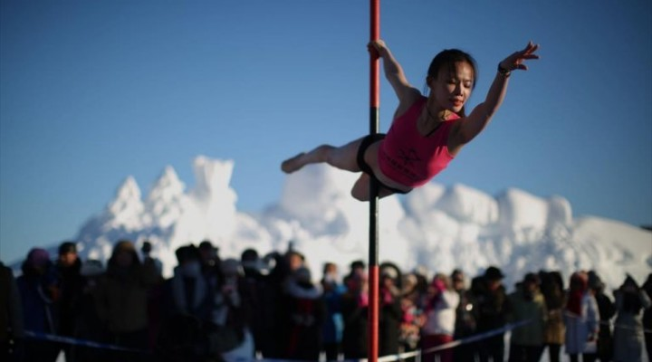 National pole-dancing team performs in China's northernmost village at -33°C!